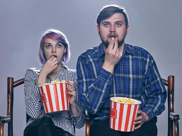 Um jovem casal assistindo filme