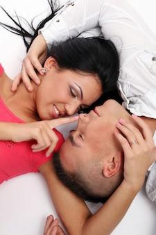 Um jovem casal atraente e feliz