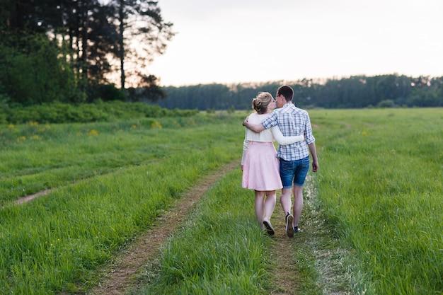 Um jovem casal caminha