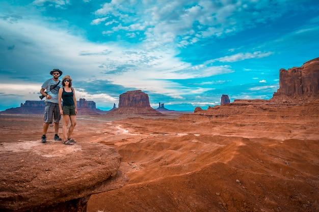 Um jovem casal de europeus em john ford's point, em monument valley.