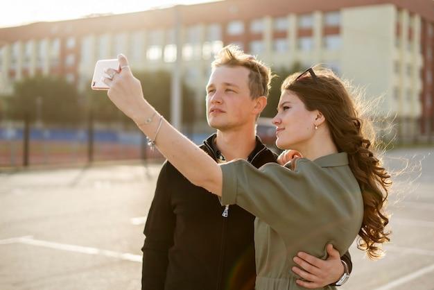 Um jovem casal de família tirando uma selfie durante a viagem de férias pela cidade da europa, conceito de sorriso de pessoas bonitas