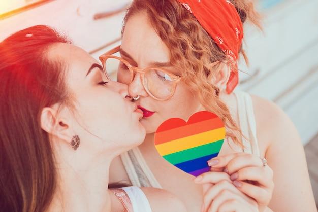 Um jovem casal de lésbicas se beijando