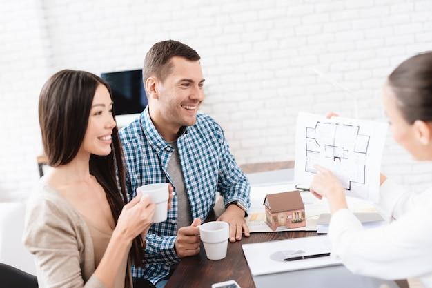 Um jovem casal escolhe uma casa para sua família