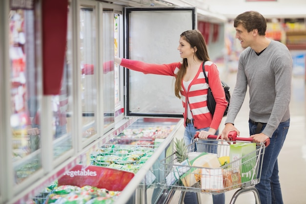 Um jovem casal escolhendo produtos