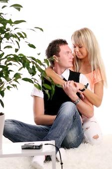 Um jovem casal feliz