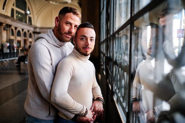 Um jovem casal gay em barcelona - conceito gay