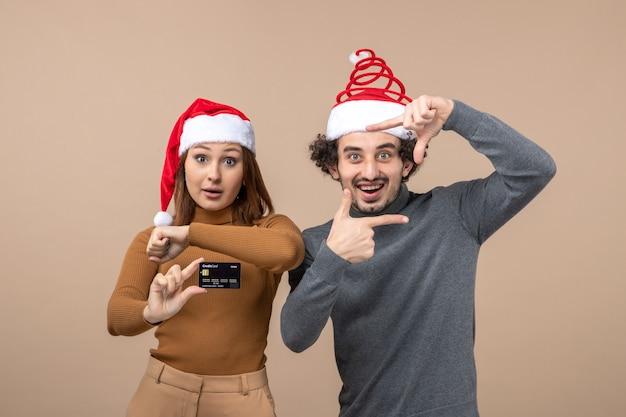 Um jovem casal posando no estúdio