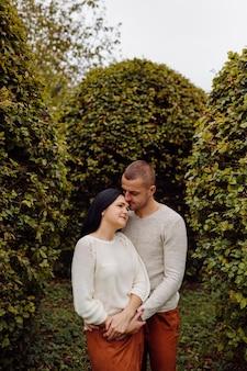 Um jovem casal se divertindo no parque outono. namoro atraente