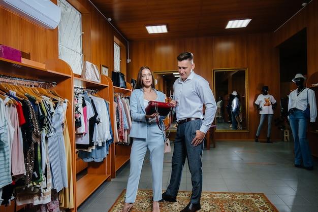 Um jovem casal vai às compras e faz algumas compras.