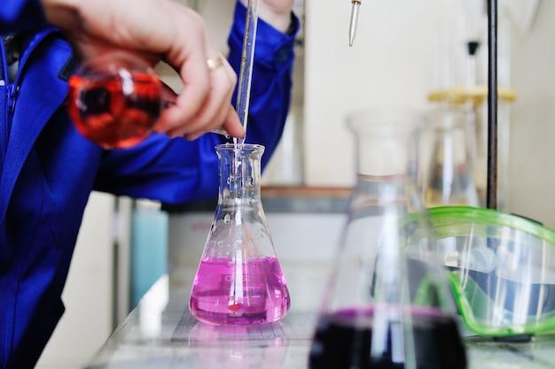 Um jovem cientista realiza pesquisas em um laboratório químico.