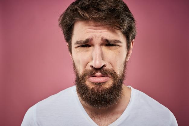 Um jovem com barba em uma camiseta