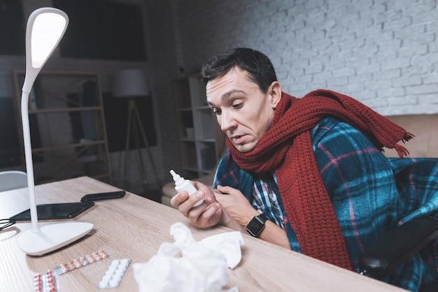 Um jovem com deficiência tem um resfriado