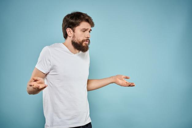 Um jovem com uma barba e expressão triste