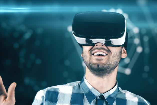 Um jovem com uma barba em copos de realidade virtual