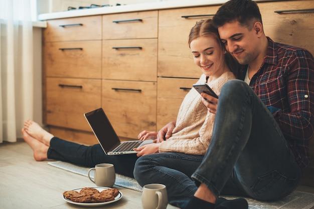 Um jovem cuidadoso está fazendo um dia colorido para sua namorada, trazendo um café da manhã para ela e compartilhando boas notícias