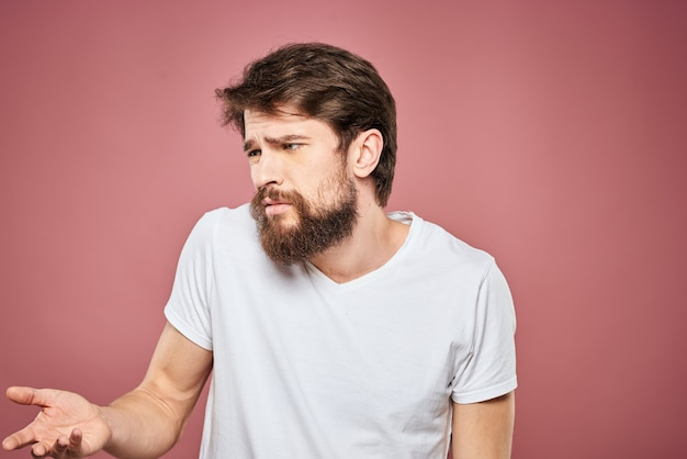 Um jovem de barba com emoção descontente