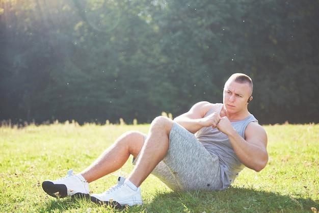 Um jovem desportista se preparando para o treinamento atlético e fitness ao ar livre.