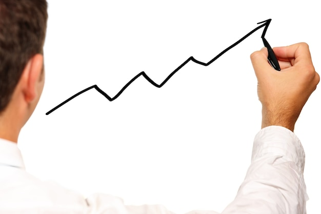 Um jovem empresário desenhando um gráfico sobre fundo branco