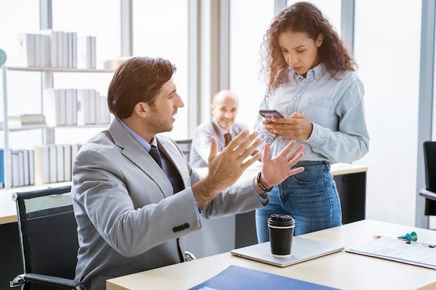 Um jovem empresário discutindo e fazendo um brainstorming em um escritório moderno