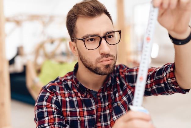 Um jovem empresário masculino está trabalhando em seu escritório.