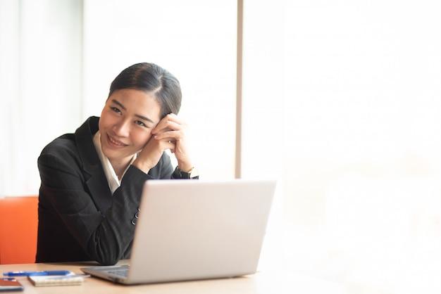 Um jovem empresário usa um terno preto na recepção.