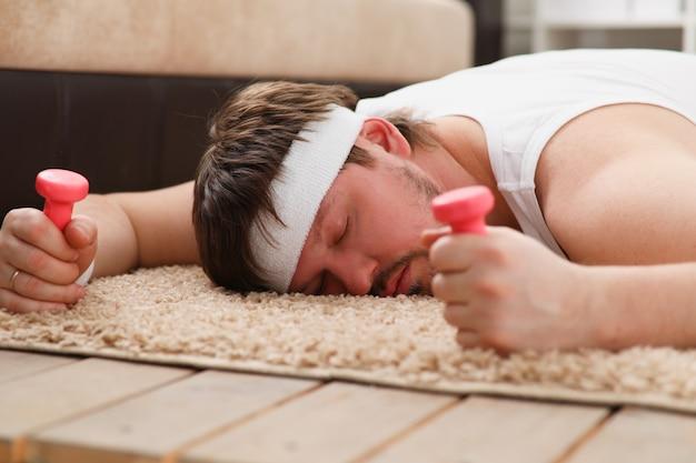 Um jovem estava envolvido em fitness em casa