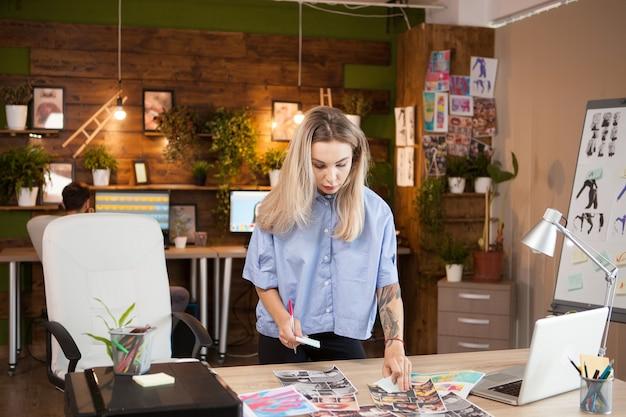 Um jovem estilista em um escritório criativo em busca de inspiração.