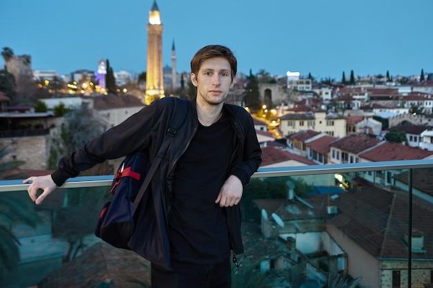 Um jovem europeu inteligente contra o pano de fundo de antalya à noite na turquia