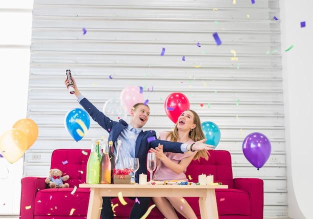 Um jovem feliz e uma mulher feliz ano novo.