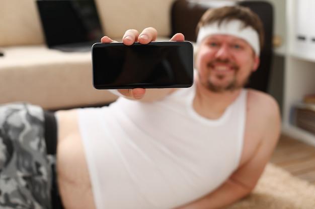 Um jovem gordo bonito com excesso de peso