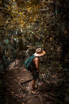 Um jovem local com um chapéu na selva