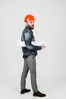 Um, jovem, macho, engenheiro, segurando, desenhos técnicos, em, seu, mão