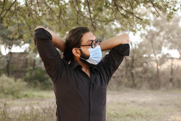 Um jovem mascarado fazendo uma atividade