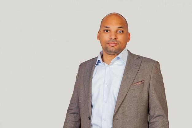 Um jovem negro e afro-americano confiante e inteligente, de camisa e jaqueta, uma aparência inteligente, confiante em seu sucesso