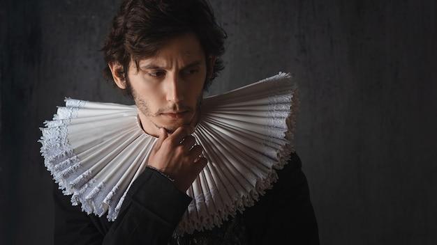 Um jovem nobre em um terno velho com um colar redondo espanhol