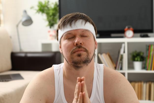Um jovem praticando ioga e pilates