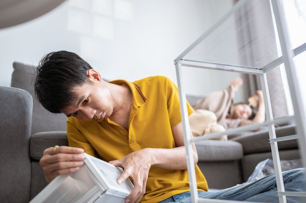 Um jovem pretende montar uma estante na sala de casa de sua casa.