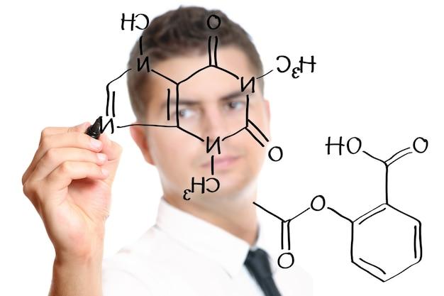 Um jovem professor durante as aulas de química desenhando um diagrama