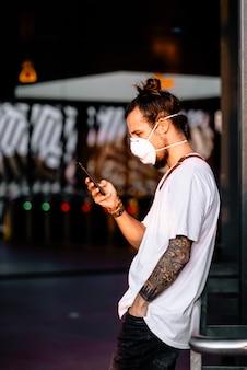 Um jovem que verifica os sintomas do coronavírus em seu telefone