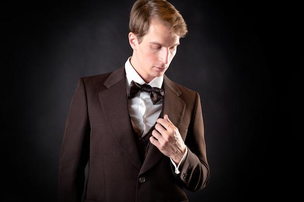 Um jovem respeitável de terno e colete no estilo vitoriano