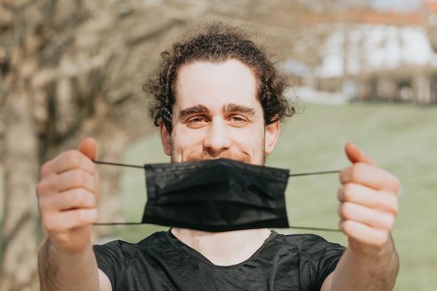 Um jovem segurando uma máscara preta durante o treinamento