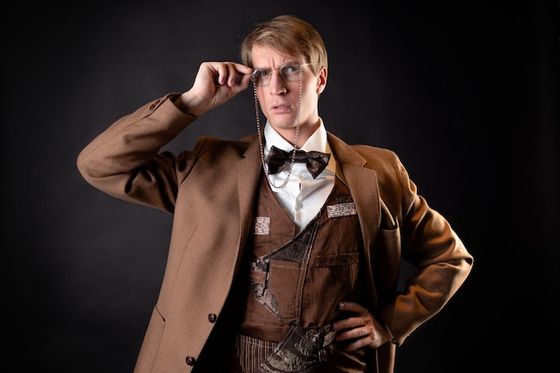 Um jovem sólido na imagem de um cientista vitoriano