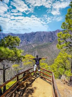 Um jovem turista no mirador lomo de las chozas de la cumbrecita, na ilha de la palma
