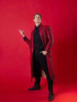 Um jovem ultrajante com um casaco vermelho ousado em um estilo noir vintage