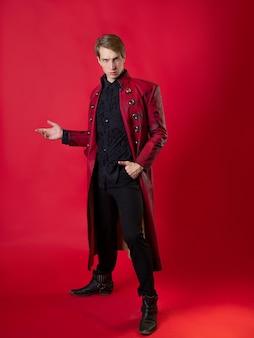 Um jovem ultrajante em um casaco vermelho ousado em um estilo noir vintage,