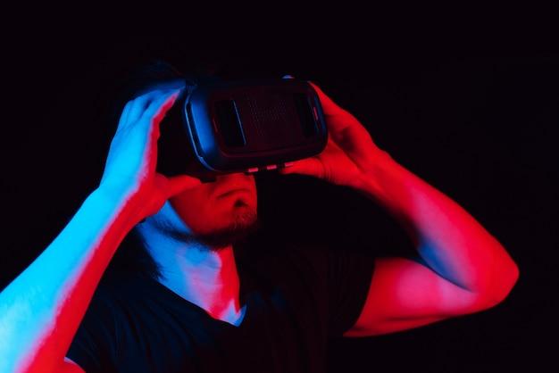 Um jovem usando óculos de realidade virtual de alta tecnologia.