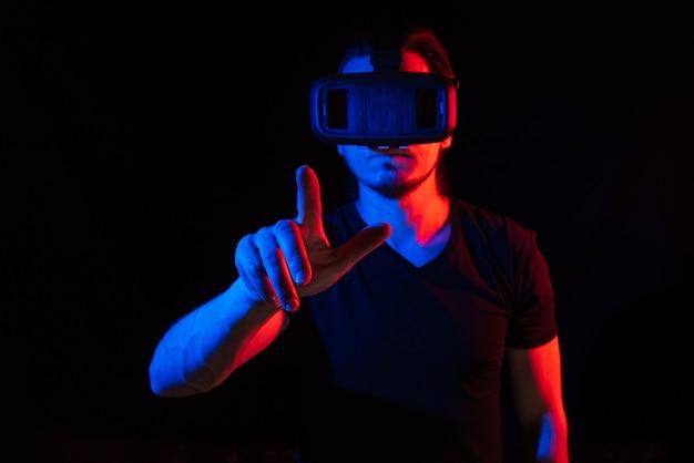 Um jovem usando óculos de realidade virtual de alta tecnologia