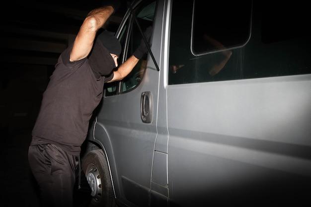 Um ladrão tenta roubar propriedade