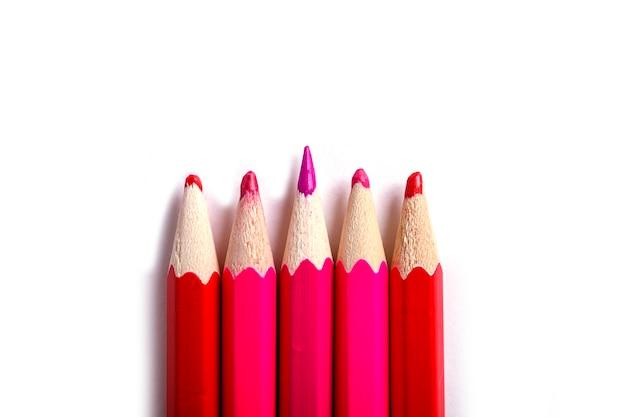 Um lápis afiado destacando-se dos sem corte. é fácil ser bonito se você não fizer nada conceito. lápis vermelhos em branco.