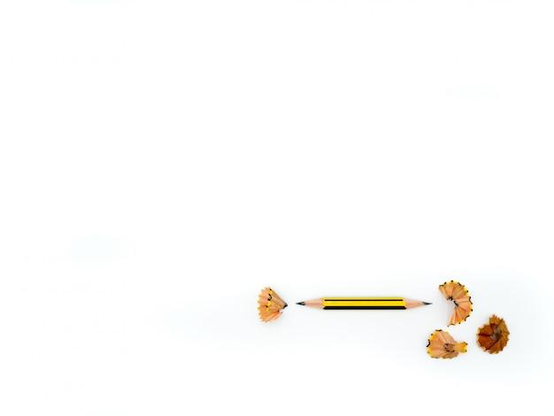 Um lápis e aparas de lápis isoladas no branco